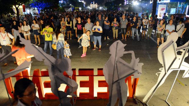 Đông đảo du khách có mặt tại phố đi bộ Nguyễn Huệ thưởng thức các tiết mục biểu diễn nghệ thuật đường phố - Ảnh: Quang Định