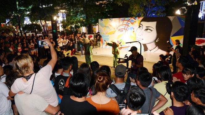 Một sân khấu biểu diễn trong chương trình Nghệ thuật đường phố tại phố đi bộ Nguyễn Huệ, Q.1, TP.HCM tối 13-5 - Ảnh: Quang Định
