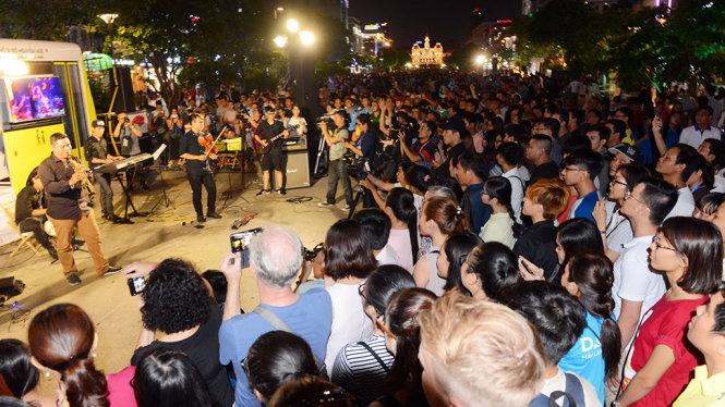Hàng ngàn người xem chương trình Nghệ thuật đường phố tại phố đi bộ Nguyễn Huệ, Q.1, TP.HCM tối 13-5 - Ảnh: Quang Định