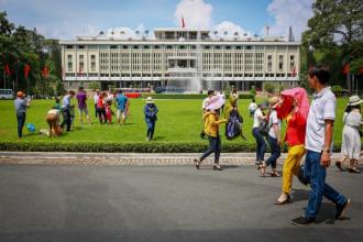 Từ 8h sáng 30/4, trong tiết trời mát mẻ, không quá oi bức, hàng nghìn người dân Sài Gòn và du khách các tỉnh cùng đổ về tham quan di tích Dinh Độc Lập (quận 1, TP HCM).