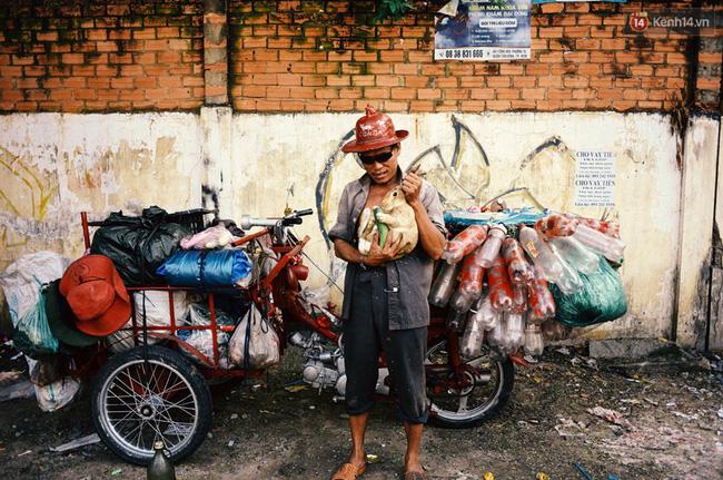 Anh Phong 50 tuổi, quê ở Khánh Hòa, hiện làm nghề nhặt ve chai ở Sài Gòn. Anh nuôi chú thỏ có tên là Nai đã được 2 năm, hàng ngày anh cho nó ra ngoài nửa tiếng để chạy nhảy. Anh tâm sự đó là người bạn anh thân nhất khi ở Sài Gòn.
