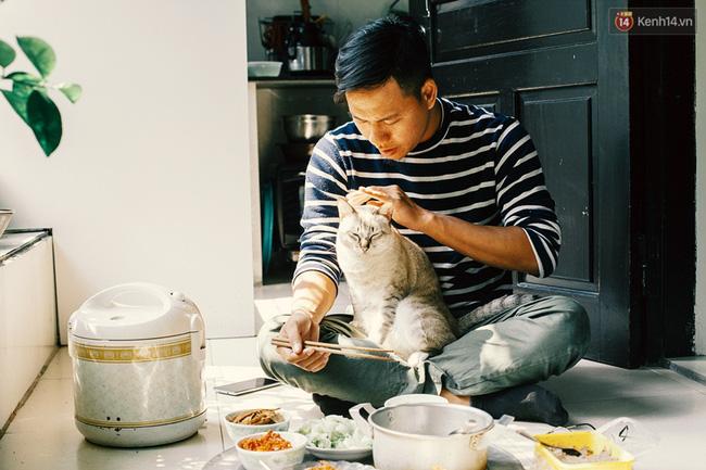 Anh Việt cùng ăn cơm với chú mèo tên Xiêm được 1 tuổi rưỡi. Chú mèo được anh nhặt từ một rãnh nước ở Nha Trang, rồi gửi lên tàu mang về Sài Gòn nuôi.