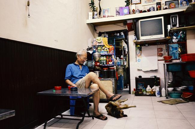 Chú Hải, 64 tuổi, chủ quán café Đà Lạt ở quận 1 cho biết đã nuôi con chó tên Na được gần 10 năm, Na rất khôn và biết phân biệt ai hiền ai dữ.