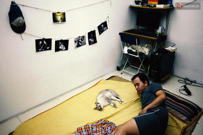 Hoàng Nam (23 tuổi) đang nằm bên chú mèo tên là Hưng. Chú mèo rất khôn và thích ở cạnh người nên được đặt tên như người và coi như một thành viên trong nhà. Mỗi tối, đợi Nam trải chăn chiếu Hưng mới đi vào để ngủ.