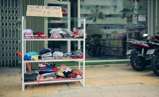 """Từ cuối tháng 4/2016, tủ quần áo miễn phí """"Tặng Mẹ và Bé"""" trên đường Cộng Hòa (Quận Tân Bình) nhanh chóng được mọi người chú ý vì sự độc đáo và dễ thương ẩn đằng sau nó."""