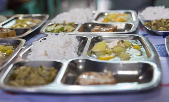 Quán cơm miễn phí ấm lòng người lao động nghèo ở Sài Gòn. Ở Sài Gòn, không có tiền, người ta vẫn sống được.