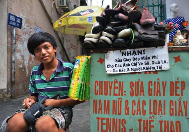 Quầy sửa giày miễn phí của một người không dư giả gì thể hiện tấm lòng phóng khoáng của người Sài Gòn.