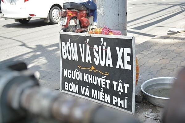 """Dạo một vòng các tuyến phố ở Sài Gòn, chắc không quá khó để bắt gặp tấm biển """"Bơm vá, sửa xe. Người khuyết tật bơm vá miễn phí"""". Hành động dù nhỏ không đáng là bao nhưng đủ khiến nhiều người cảm thấy ấm lòng."""