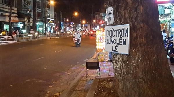 Có lẽ con dốc này đã nhiều lần gây nguy hiểm cho người tham gia giao thông, vì thế người dân tại đây đã viết nên một tấm biển cảnh báo, nhắc nhở.