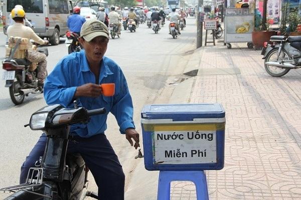Nước uống miễn phí thì khỏi nói, đếm không hết trên đường phố Sài Gòn.