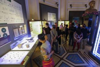 """Bảo tàng Lịch Sử TP HCM hôm 27/4 triển lãm lịch sử tiền tệ Việt Nam với chủ đề """"Đồng tiền muôn mặt"""" với hơn 700 hiện vật, trong đó có nhiều tài liệu, mẫu tiền tệ quý chưa công bố."""