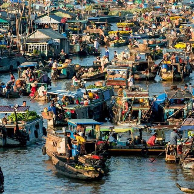 Ngoài miệt vườn, chợ nổi Cái Bè cũng là điểm du lịch nổi tiếng.