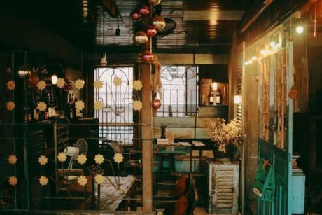 Đối diện quán là bờ kè nên ngồi ở những bàn phía ngoài, bạn có thể ngắm cảnh đường phố, sông nước Sài Gòn. Đây cũng là địa điểm thích hợp để các bạn thích chụp hình check-in