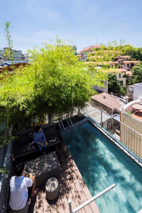 Tầng năm của căn nhà là khoảng không gian ngoài trời với bể bơi nhỏ.