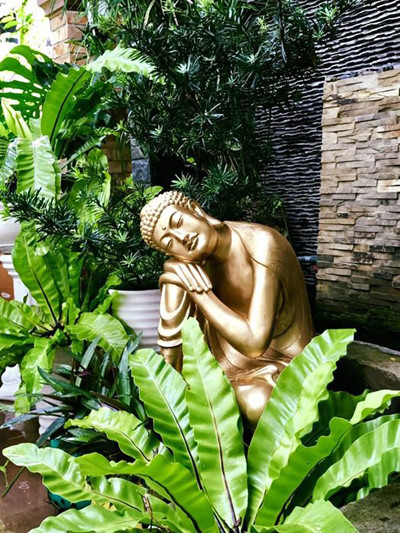 """""""Tôi chỉ mong mỗi nhà cố gắng trồng cho mình một mảng xanh. Rồi bạn sẽ thấy, đôi khi thiên đường thu nhỏ lại bằng ô cửa sổ đầy hoa hay giàn mướp trĩu quả"""", chị tâm sự."""