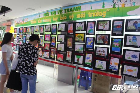 Những bức tranh do các họa sĩ nhí vẽ được trưng bày tại khu ẩm thực.