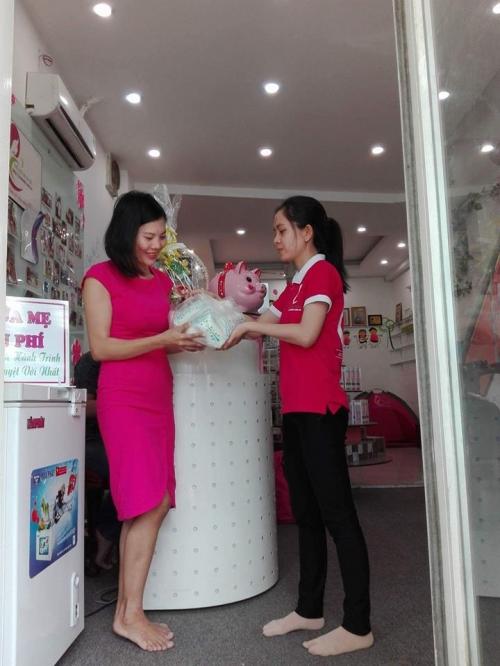 Chị Trang nhận sữa từ nhân viên