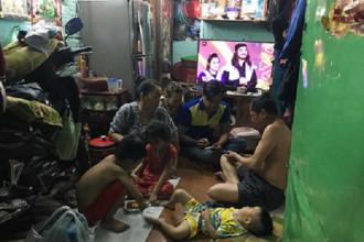 Mấy chục năm qua, chưa một lần gia đình ông Huỳnh Trung Nghĩa được ngồi cùng nhau bên mâm cơm vì nhà không đủ chỗ. Ảnh: VIỆT HOA