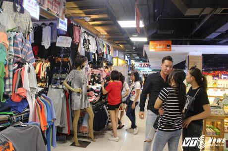 Cửa hàng thời trang trong khu chợ cũng thu hút rất nhiều du khách.
