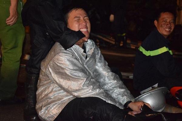 Thanh Nam cùng đồng đội nghỉ ngơi khi tham gia cứu hỏa rạng sáng ngày 23/6 (Ảnh: Nguyễn Trà)