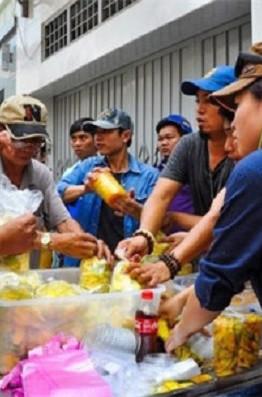 Người người, nhà nhà xếp hàng mua xoài lắc- món ăn vặt đã từng khuấy đảo giới trẻ Sài Gòn đầu năm 2016. (Ảnh: Internet)