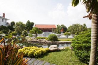 Ngôi nhà thuộc sở hữu của một đại gia Sài Gòn nổi bật bởi lối chạm khắc hoa văn độc đáo mang đậm hình ảnh dân gian Việt Nam. Đây cũng là ngôi nhà gỗ được đánh giá có thiết kế cầu kỳ và tinh xảo bậc nhất ở Sài Gòn.