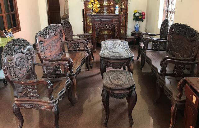 Hai bộ đồ gỗ (mỗi bộ gồm 9 món) được trưng bày trong nhà vị đại gia ở Sài Gòn.