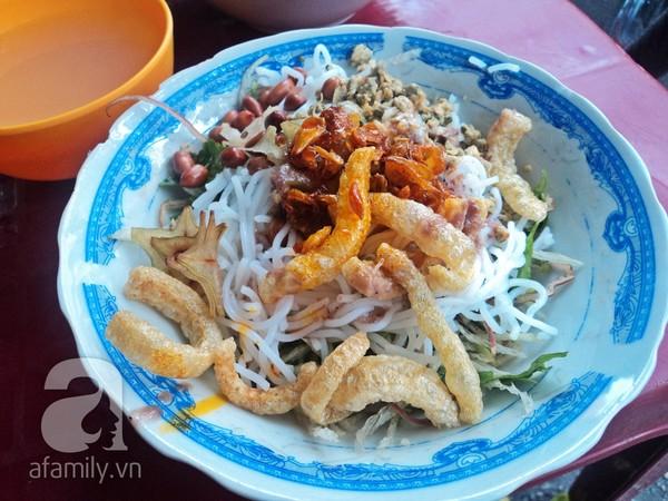 Con hẻm nhỏ này nổi tiếng với các món miền Trung.