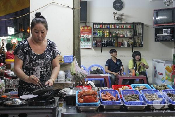 Các loại ốc tỏi, cà na, nghêu, hào, sò lông... được chế biến ngay tại chỗ để đảm bảo độ nóng, thơm ngon cho món ăn.