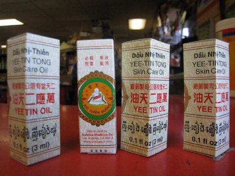 Những chai dầu Nhị Thiên Đường (Ảnh tư liệu)