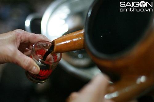 Pha cà phê vợt ở quán cà phê Cheo Leo