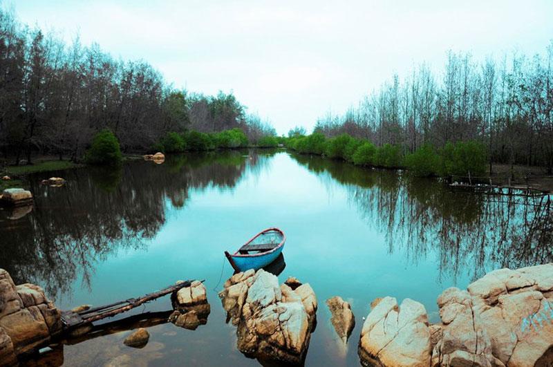 Khu vực này có rất nhiều bãi tắm đẹp, hoang sơ, nước trong có thể nhìn thấy cả đáy. Ảnh: Vuong Nguyen.