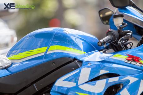 Phiên bản màu xanh với bộ tem phong cách đội đua MotoGP.
