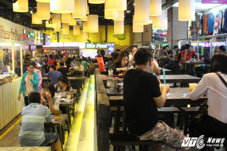 Các nhà hàng, quán ăn luôn rất đông khách.
