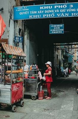 Từng được tạp chí du lịch Mỹ Condé Nast Traveler vinh danh là một trong 12 món ăn đường phố ngon nhất thế giới, món bánh mì thịt nướng của xe bánh mì 37 Nguyễn Trãi (quận 1, TP.HCM) thu hút thực khách với vị ngon của những miếng thịt nướng được tẩm ướp vừa miệng, nướng vừa chín tới để giữ nguyên độ mềm, cùng nước sốt ớt cay xé đậm đà.