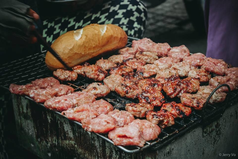 Thịt viên nướng được chế biến từ thịt heo băm nhuyễn, trộn gia vị rồi ướp với một loại sốt theo công thức của chủ quán, rồi viên lại cho lên vỉ nướng.
