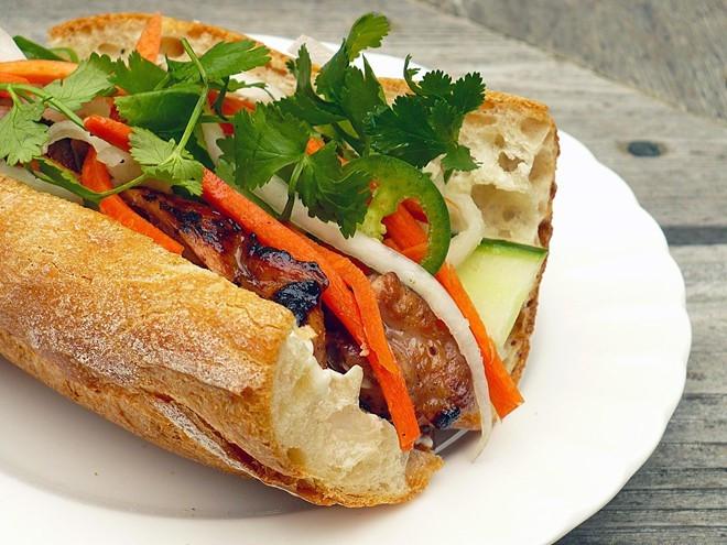 Một chiếc bánh mì chỉ có giá 18.000. Quán bán từ 17h cho đến khi hết thịt. Bạn nên đến sớm, xếp hàng để không phải chờ đợi lâu, hoặc hết hàng. Ảnh:Saigon-online.