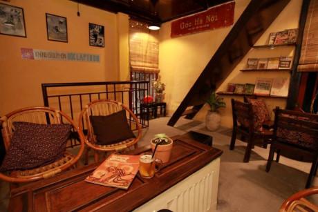 Quán cà phê có hai tầng với những chiếc cầu thang nhỏ màu nâu vàng. Quán sử dụng nội thất bằng gỗ và gốm để trang trí và sử dụng.