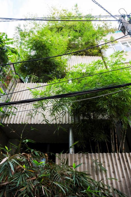 Mặt tiền công trình tạo cảm giác tách biệt so với không gian con hẻm vốn thiếu đi màu xanh thiên nhiên.
