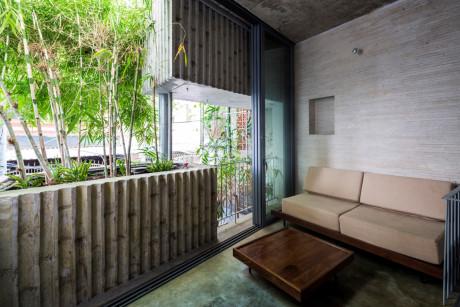 Phòng khách của căn nhà nằm trên tầng hai, được bài trí đơn giản, mộc mạc đúng như tre, loài cây tạo cảm hứng thiết kế chủ đạo.
