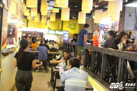 Quán ăn phục vụ chuyên nghiệp gồm nhiều món ăn Á - Âu.