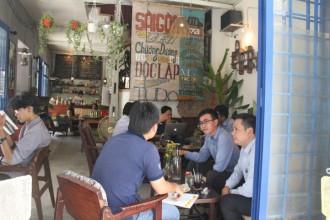 Nhiều khách thích sự mộc mạc và không gian tái hiện Sài Gòn những năm 1980 - Ảnh: M.PHƯỢNG