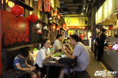 Khu không gian văn hóa ẩm thực đường phố châu Á xưa với gần 100 gian hàng ẩm thực đường phố của Việt Nam, Lào, Campuchia, Ấn Độ, Nhật Bản…
