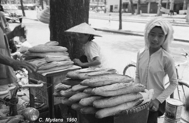 Một quầy bán bánh mì Sài Gòn năm 1950 - Ảnh tư liệu