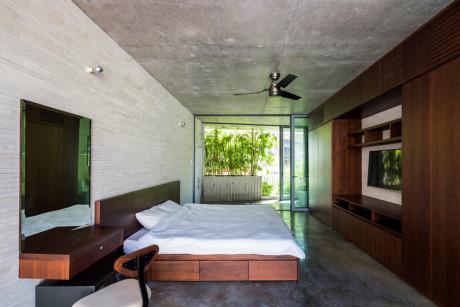 Phòng ngủ chiếm gần như toàn bộ không gian tầng bốn công trình, tạo cảm giác rộng rãi, thoáng đãng và không kém phần sang trọng.
