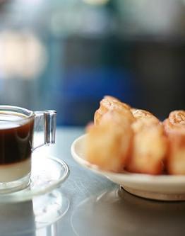 Nếu bạn thử chấm miếng giò cháo quẩy hay miếng bánh tiêu vào ly bạc sỉu như kiểu cách người Sài Gòn bình dân xưa sẽ thấy kiểu ăn này rất ngon miệng và hấp dẫn.