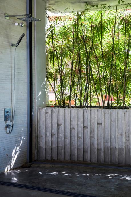 """Phòng tắm độc đáo """"nửa kín nửa hở"""", gần gũi với thiên nhiên nhưng vẫn đảm bảo tính riêng tư."""