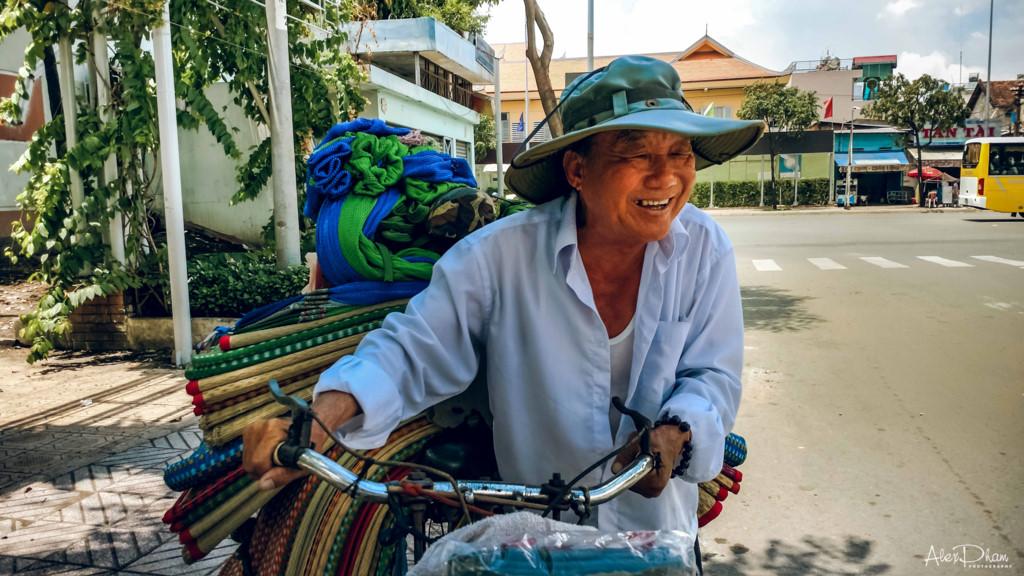Nụ cười chân chất, đôn hậu là điểm đặc trưng, đáng quý của người Sài Gòn, để ai đi xa cũng thấy nhớ thành phố thân thương này. Sự kết hợp giữa smartphone Moto Z và phụ kiện ốp lưng Moto Mod Hasselblad True Zoom cho ra đời những bức ảnh chân dung giàu cảm xúc.