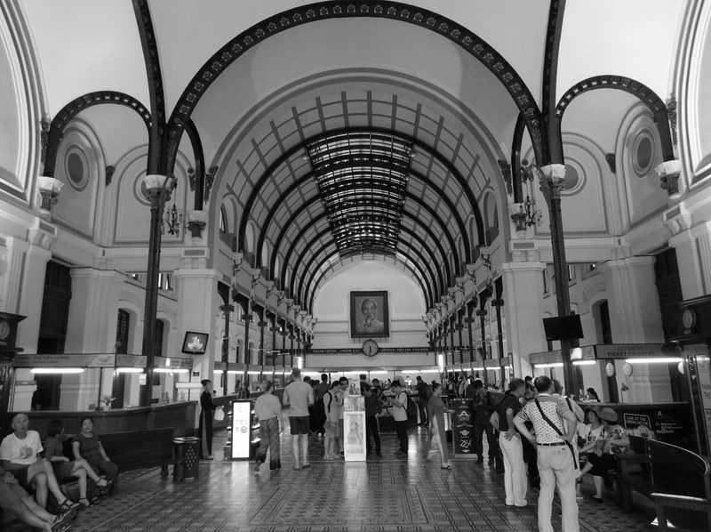 Phụ kiện này tích hợp chế độ chụp ảnh B&W (ảnh trắng đen). Bưu điện Thành phố - một công trình lâu đời trải qua nhiều lần trùng tu, cải tạo vẫn toát lên vẻ trầm mặc, xưa cũ.