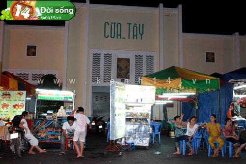 Đây là một dãy hàng tại khu ẩm thực chợ Bến Thành vào khoảng 24h15
